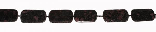 Chrysanthemenstein (Corundum Geosite), rechteckig, flach, L34 B24 H7mm, Strang 40cm